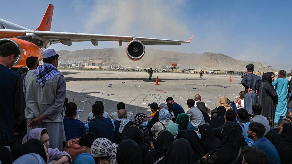 Afganos esperando para salir del aeropuerto de Kabul el 16 de agosto de 2021.
