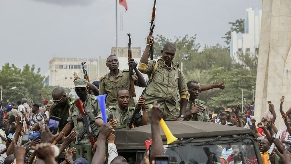 Militares entrando en las calles de Bamako, este martes.