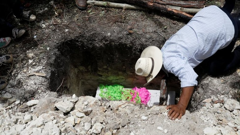 Wilmer Josué Ramírez's coffin being buried in the ground