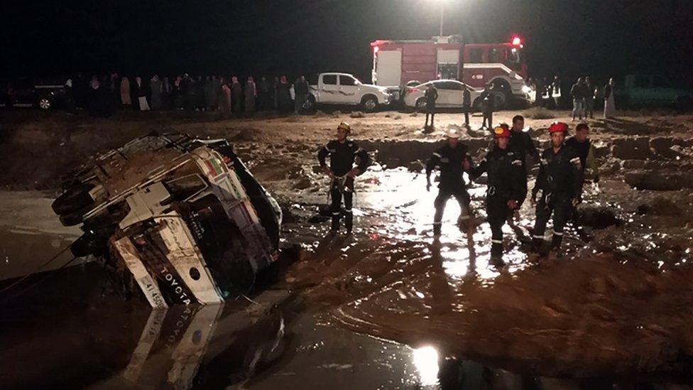 جرفت السيول في مأدبا السيارات وتسببت بأضرار كبيرة في الطرق