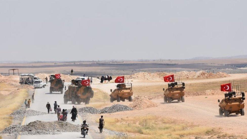 بدأت تركيا بإرسال المزيد من قواتها إلى جانب الفصائل الموالية لها إلى حدود منبج الغربية في أواخر ديسمبر/كانون الأول 2018.