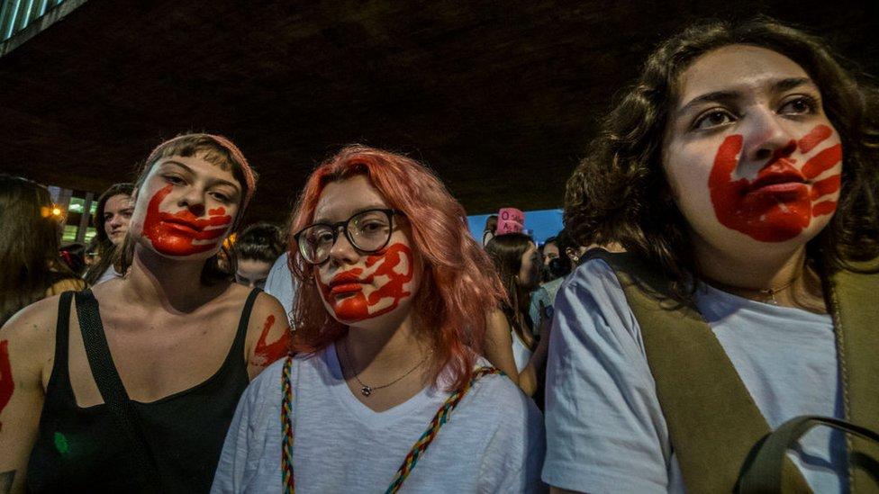 Manifestantes durante una protesta por los derechos de las mujeres en Brasil.