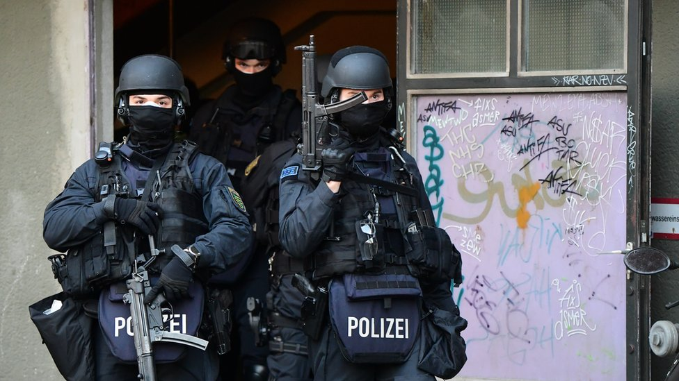Police officers with machine guns during a raid linked to the Green Vault (Gruenes Gewoelbe) burglary