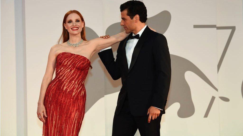 """الممثلان الأمريكيان اسحق آيزك وجيسيكا شاستاين خلال افتتاح فيلم """"مشاهد من زواح"""""""