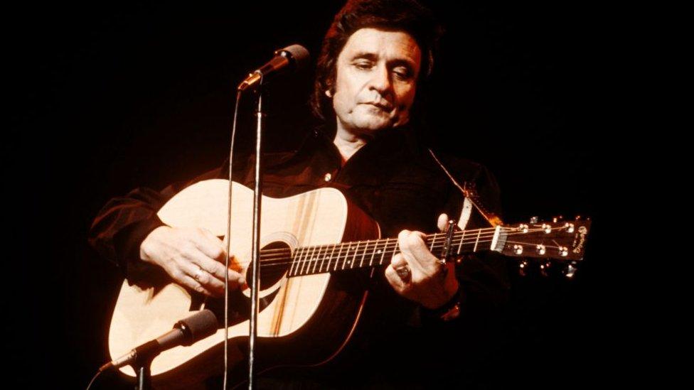 Džoni Keš tokom nastupa 1976. godine