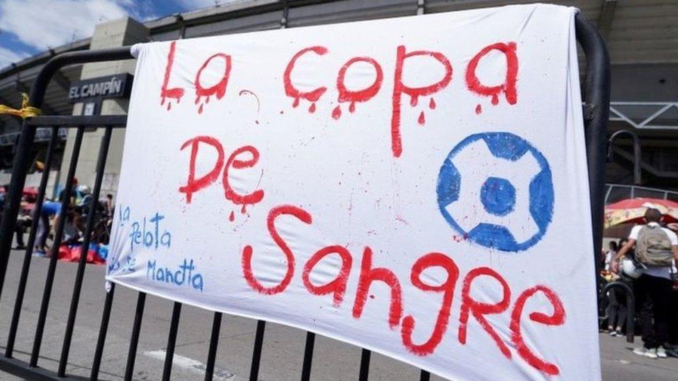 """Cartaz na Argentina com os dizeres """"A Copa de sangue"""" escrito com tinta vermelha"""