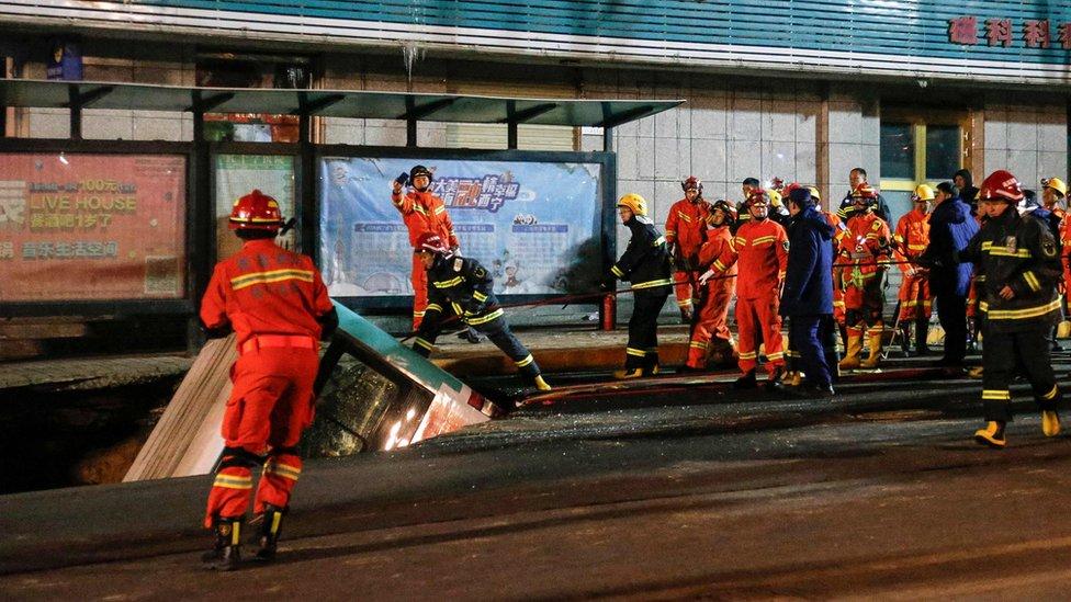 Arama kurtarma ekipleri, otobüsten altı kişinin cesedini çıkardı.