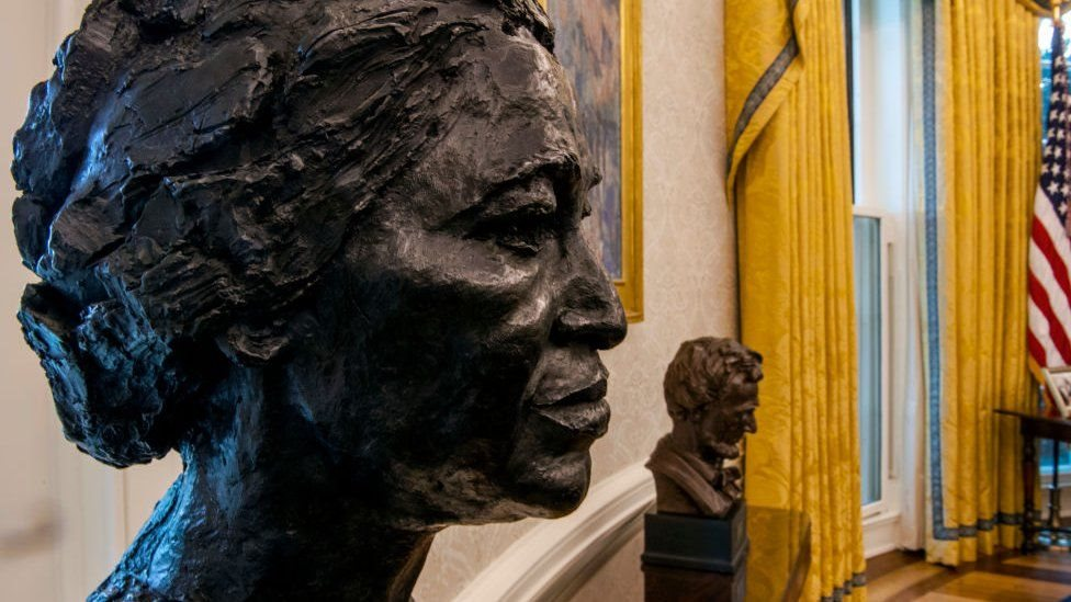تمثال نصفي لـ روزا باركس، وآخر لـ أبراهام لنكون في مكتب الرئيس بايدن