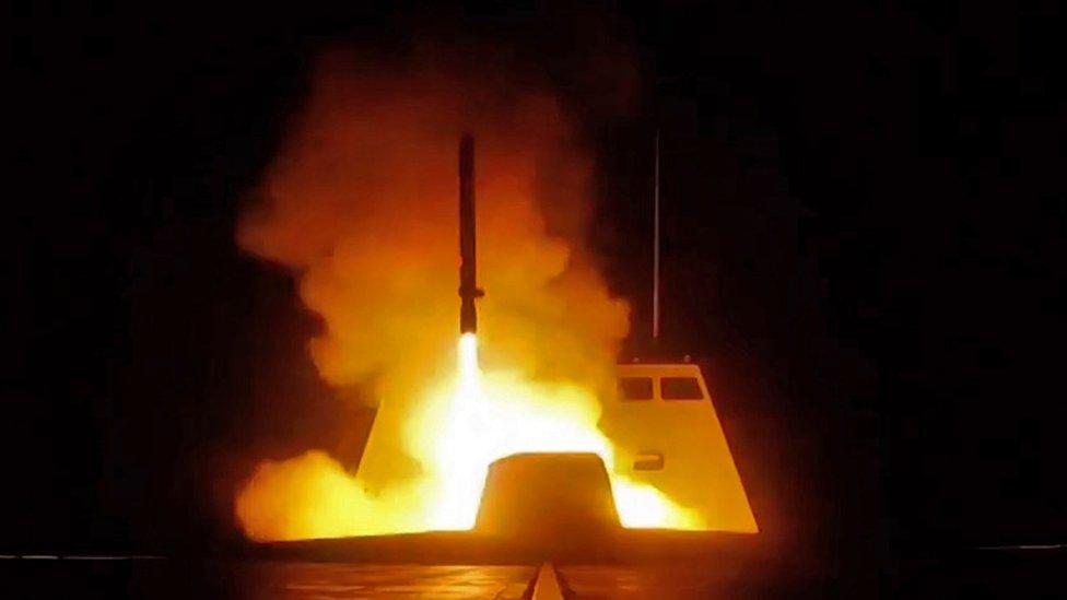 Fotografija francuskog Ministarstva odbrane na kojoj se vidi ispaljivanje krstareće rakete sa francuskog bojnog broda u Mediteranu na ciljeve u Siriji u noći između 13. i 14. aprila 2018.