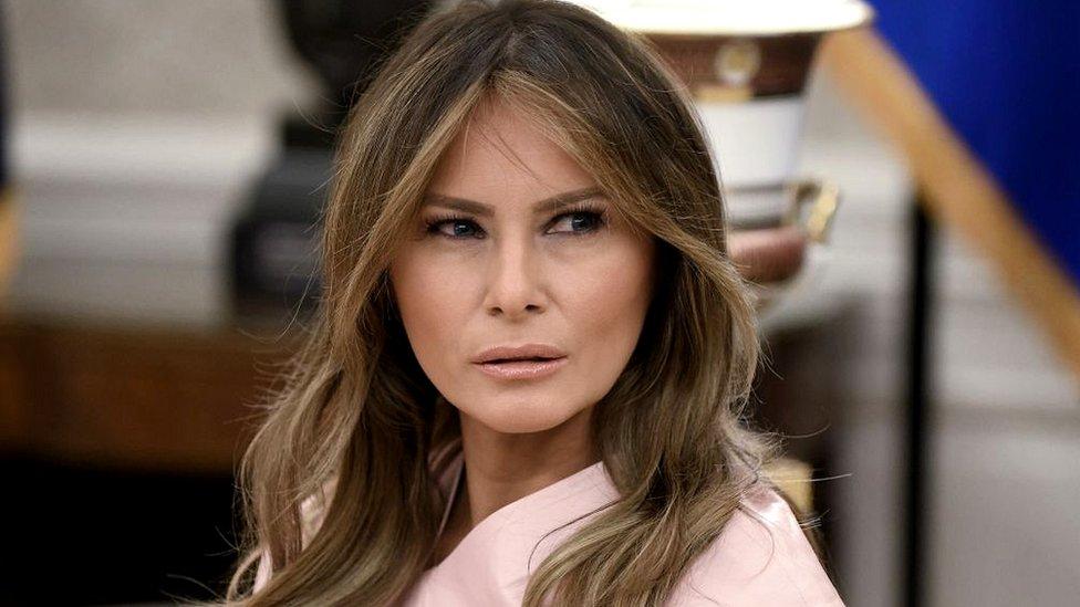 Melania Trump, actual primera dama de Estados Unidos, también llegó al país para trabajar como modelo y conoció a Trump en una fiesta.