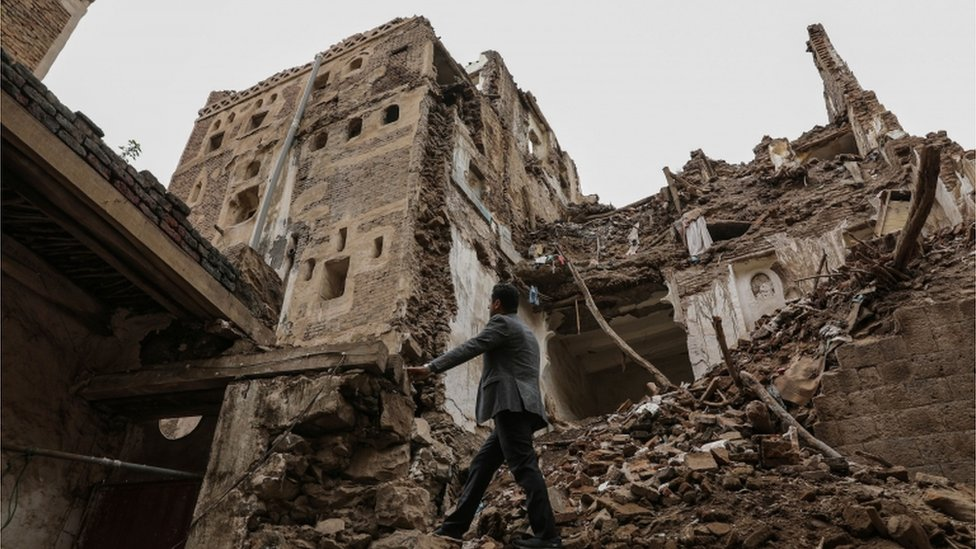 يمني يسير بين أطلال المدينة القديمة