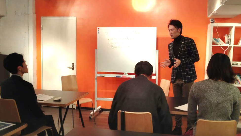 Yuichi Ishii instruyendo a sus empleados sobre las reglas del negocio