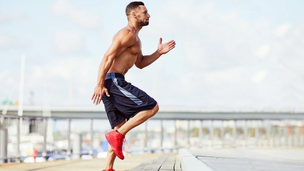 Hombre en forma haciendo ejercicio.