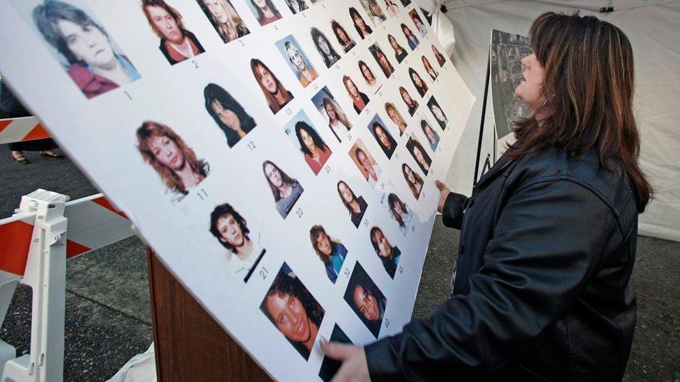 La funcionaria de la corte Kathryn Quon coloca un póster de mujeres desaparecidas fuera de la corte cerca de donde tiene lugar el juicio de asesino en serie Robert Pickton, en 2007.