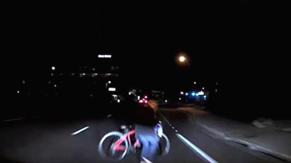 Una captura de pantalla del video del choque entre un auto de Uber y una ciclista en marzo de 2018.