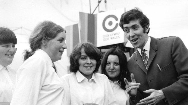 Hywel Gwynfryn yn cyfweld rhai o gystadleuwyr Eisteddfod yr Urdd, Aberystwyth 1969