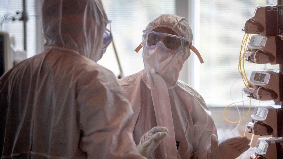 Médicos en una unidad de cuidados intensivos
