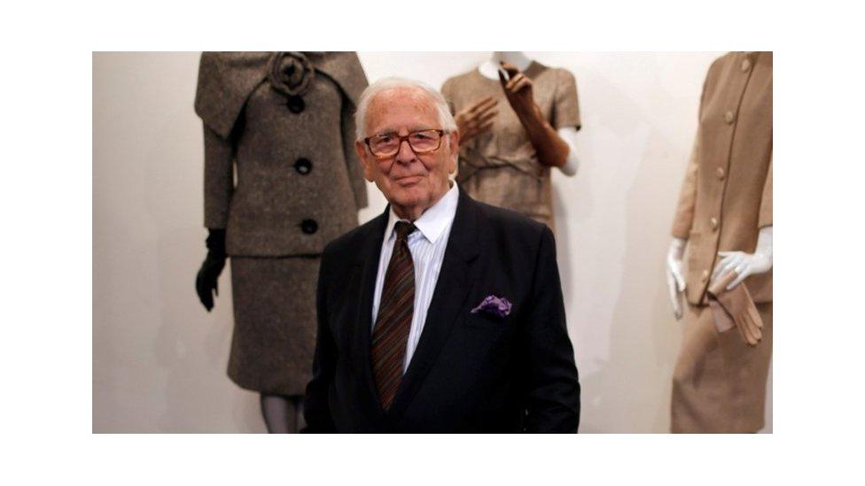 كاردان وسط مجموعة أزياء من تصميمه عام 2014