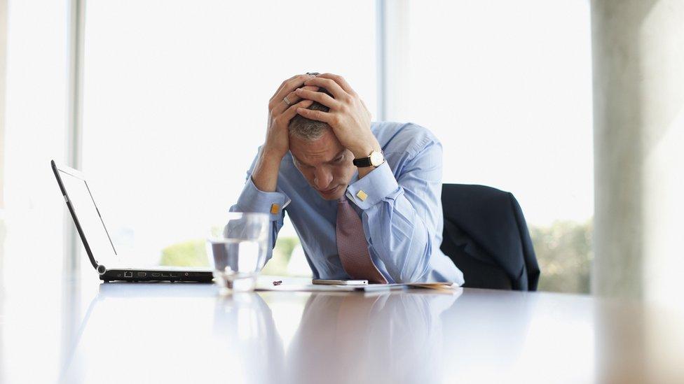 Hombre angustiado en la oficina