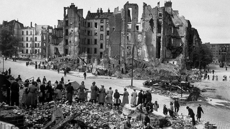 Siviller enkazları temizlerken, 1945