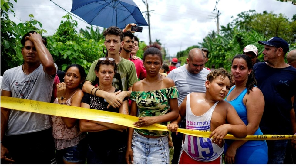 Crowd at the site of the Boeing 737 crash near Havana, Cuba 18 May 2018