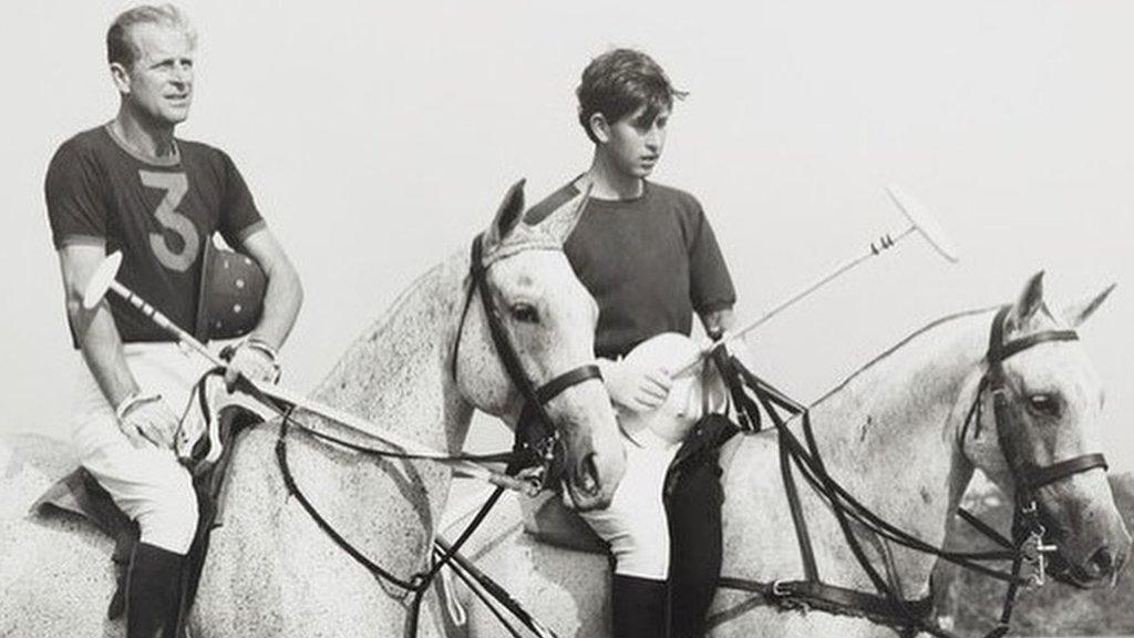 دوق إدنبره وإلى جانبه ولي العهد أمير ويلز وهما يمارسان لعبة الكرة والصولجان في عام 1966