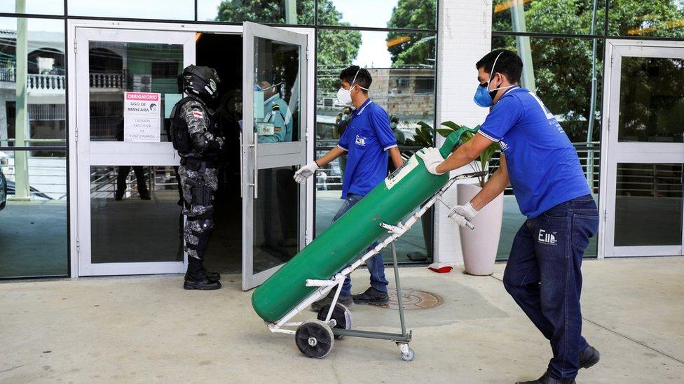 Oxígeno llegando a un hospital de Manaos