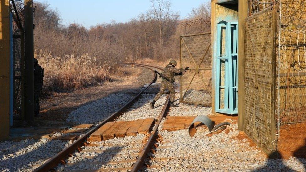 Vojnik otvara granicu