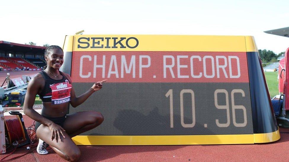 La velocista británica Dina Asher-Smith celebra su marca sub-11 en el Campeonato de Atletismo de Europa en 2019.