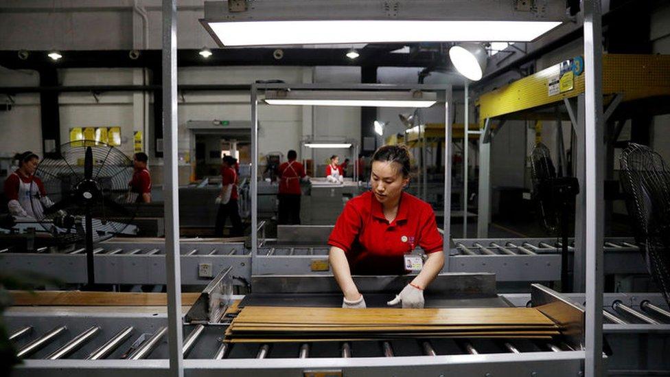 中國某壓合板廠生產線上的工人