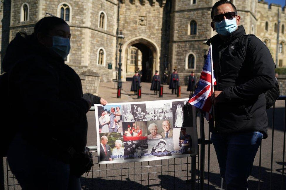 Una pareja se toma una foto e las cercanías del castillo de Windsor