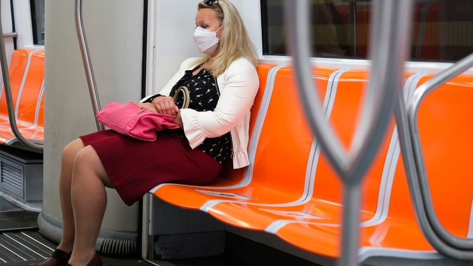 Mujer con mascarilla en el metro en Roma.