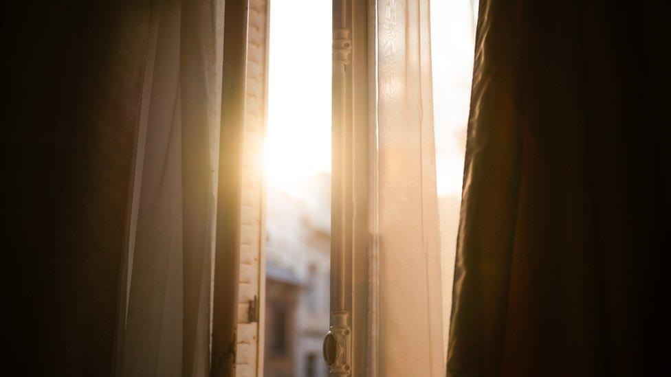 Luz entre cortinas