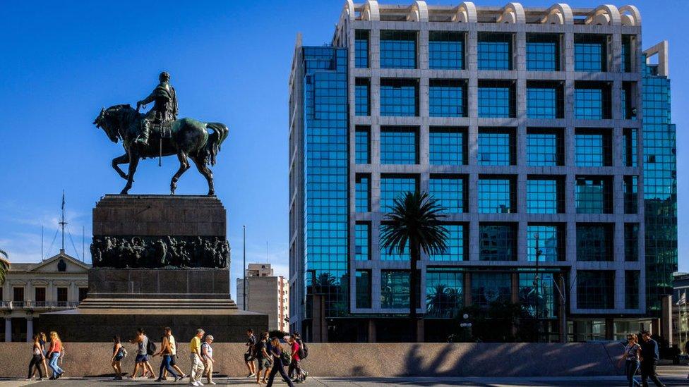 Plaza Independencia con vista al Mausoleo de Artigas y el edificio de Presidencia.