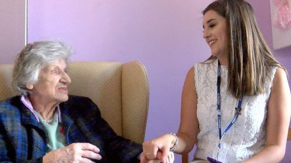 Teenage volunteers make dementia residents 'feel alive'