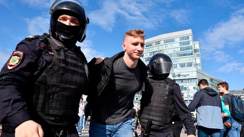 Manifestante detenido en Moscú