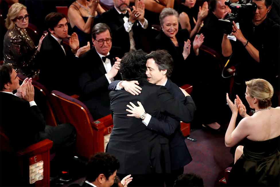 Bong Joon-ho recibe un abrazo de Noah Baumbach