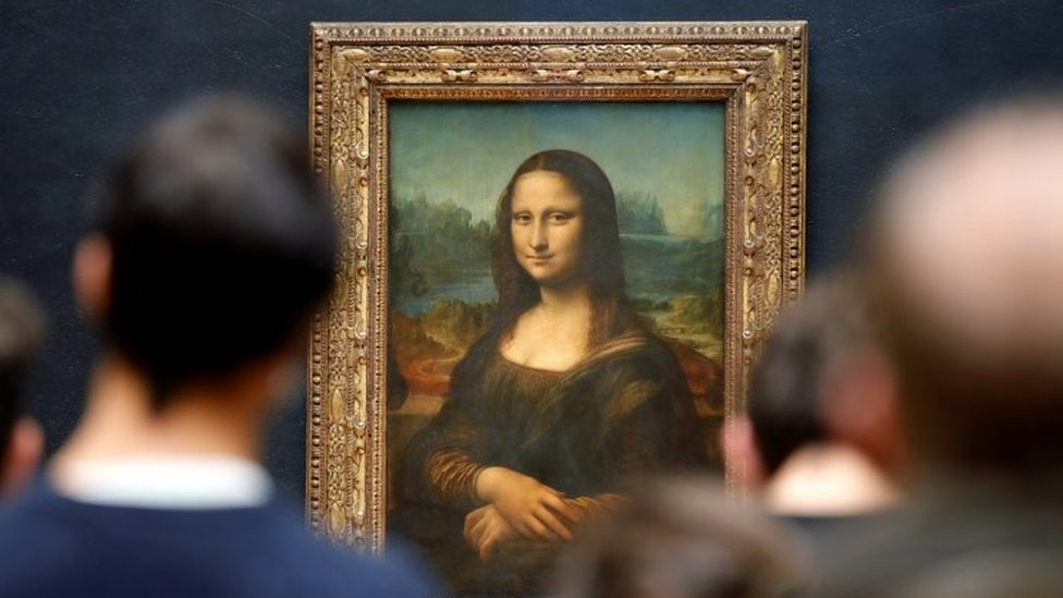 زوار معجبون بلوحة الموناليزا لليوناردو دافنشي في متحف اللوفر في باريس. مايو/ايار 2021