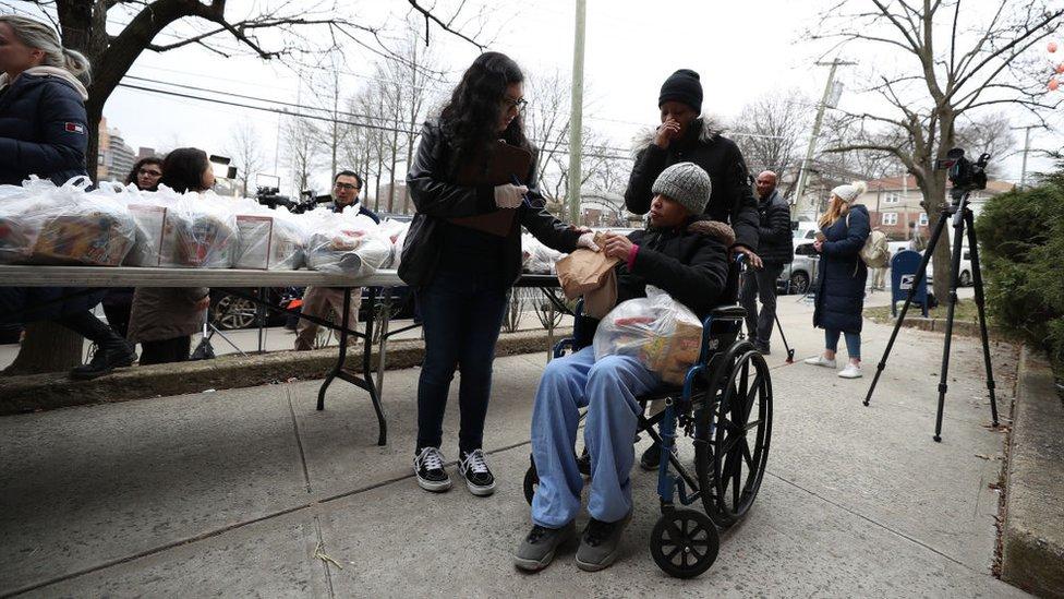 Residentes de una zona afectada por covid-19 en Nueva York reciben comida