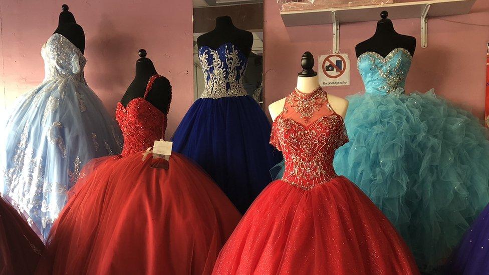vestidos en una tienda del centro de Los Ángeles