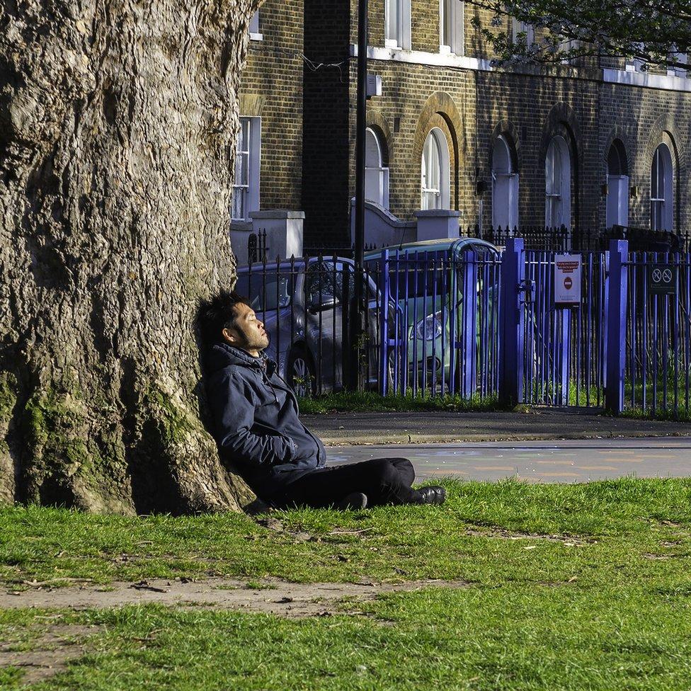 muškarac u parku