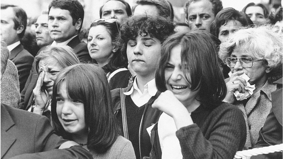 narod u povorsci na ulicama Beograda
