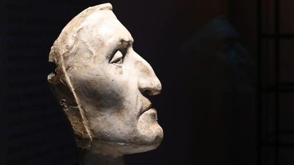 Máscara de Dante Alighieri en el Palazzo Vecchio en Florencia, Italia.