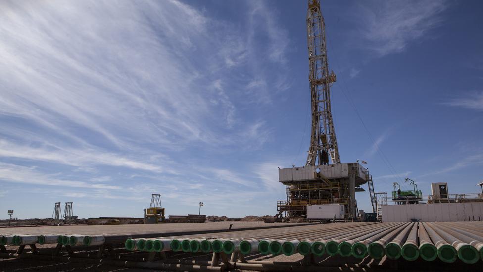 Torres de explotación de petróleo y gas no convencional en Vaca Muerta