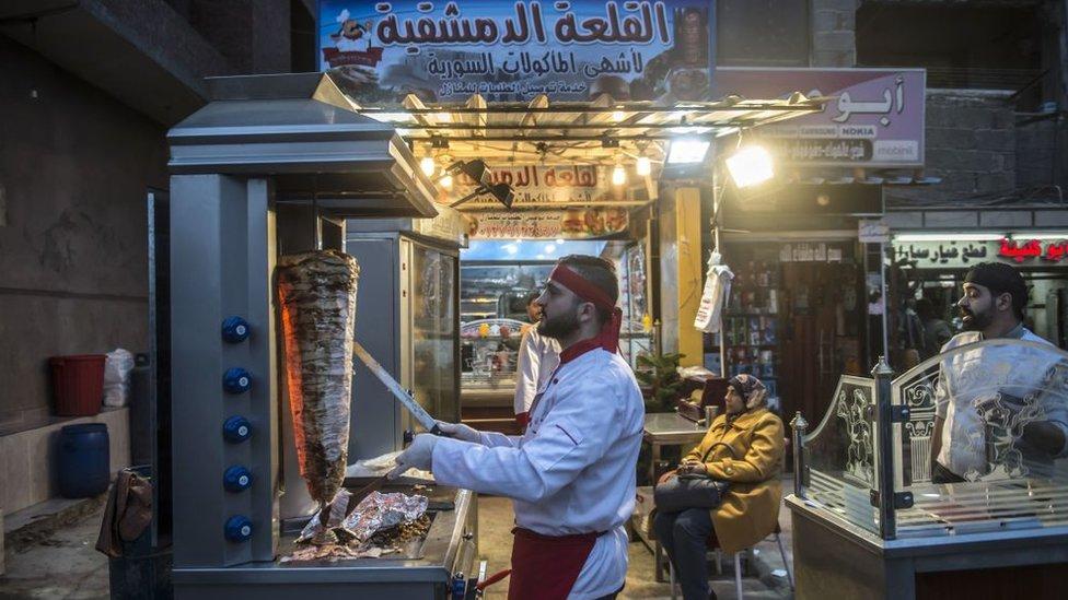 سوريون يعملون في قطاع المطاعم في مصر