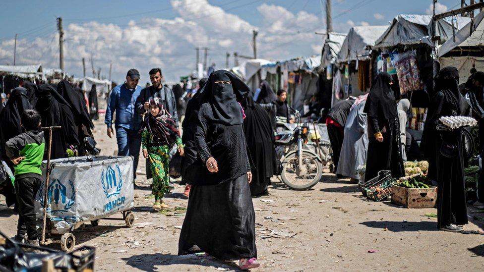 سوق داخل معسكر في شمال - شرق سوريا