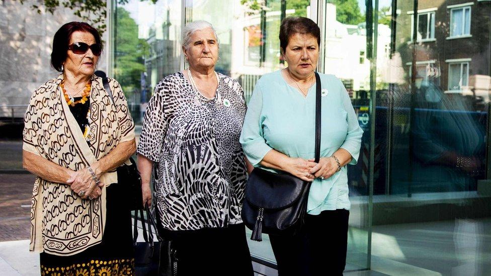 Tri žene iz grupe rođaka žrtava poznate kao Majke Srebrenice, stižu ispred holandskog Vrhovnog suda 19. jula 2019.