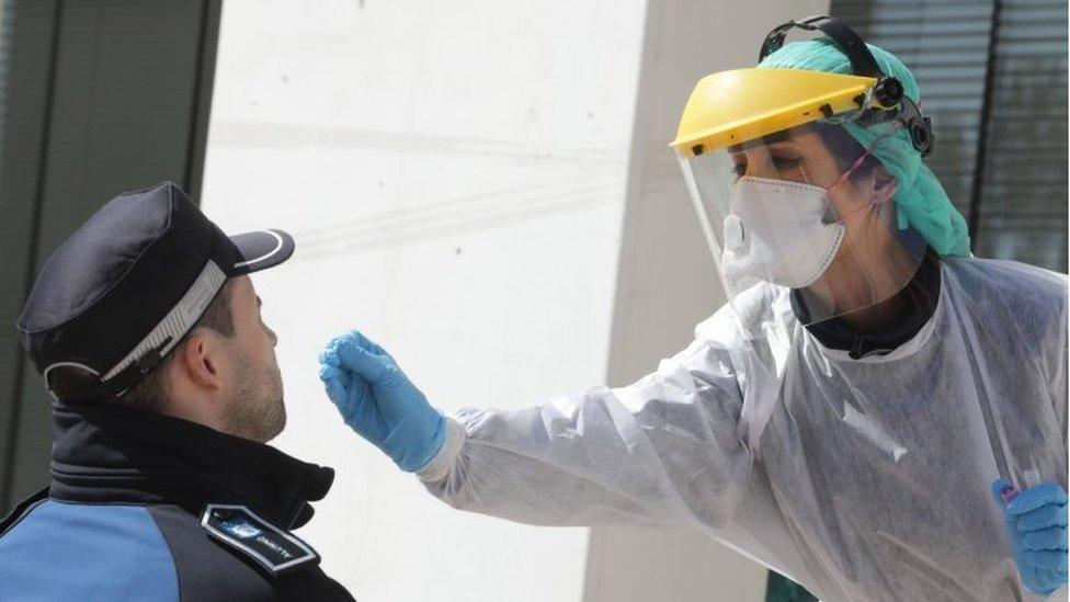 Una empleada sanitaria hace una prueba de covid-19 en España