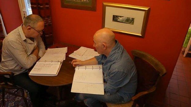 Mae Lee Wilkinson a Keith Wadcock wedi mynd ati i ddysgu Cymraeg ar ôl symud i Benmachno o Lannau Merswy