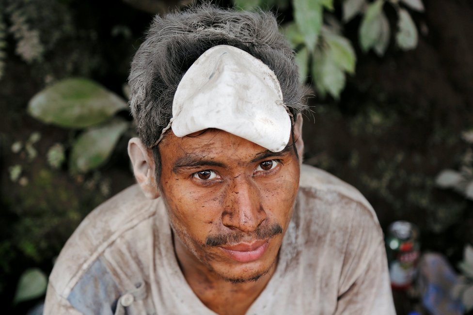 الرماد البركاني يغطي رجل في فورة بركان فويغو بغواتيمالا
